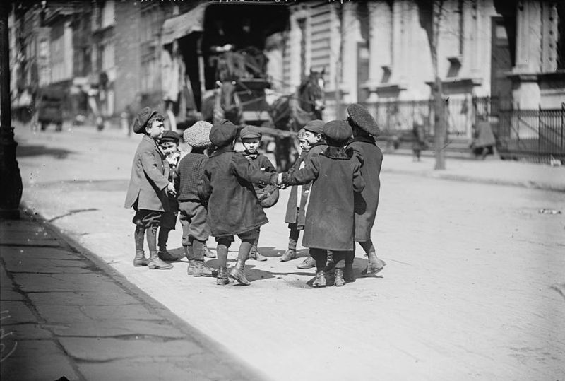 Children playing in street, New York / Wikimedia Commons